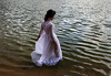 Bradājot ezermalā